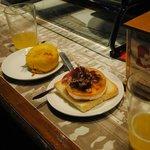 pincho de bomba de patata (picante) y de rulo de cabra con tomate