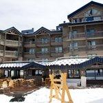 L'hôtel et sa terrasse, côté pistes