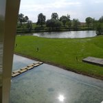 Vue depuis la chambre vers le plan d'eau et le lac