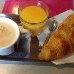 Desayuno en pastelería próxima