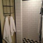 Ванная комната (дверь в ванную может и быть, но прозрачная в любом случае)