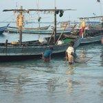 pescatori all'alba nel vicino villaggio