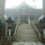 拝殿を見上げる
