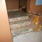 Escalier insalubre avant d'entrer à la pension (3ème étage sans ascenseur)