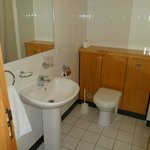 Clean, plenty of hot water, towels and complimentary toiletries