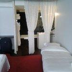 Cama supletoria y cortinas separación al baño