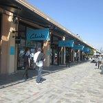 Centro comercial outlet y restaurantes en el muelle adyacente