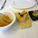 pastel de pescado y una mantequilla de hierbas