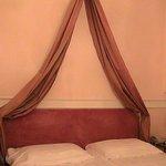 tendaggio sopra la testata del letto