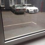 Parkplatz vor dem Fenster