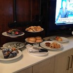 Breakfast (muffin, Danish, bagel, toast, cereal, corn flake, fruit)