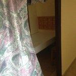 Camarilla: cama individual desde el pasillo