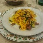 Tagliatelle di pastificio ai funghi zucchine e salsiccia