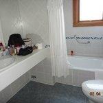 Banheiro limpo, amplo e com calefação