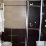 Banheiro com ducha farta e instalações reformadas e modernas