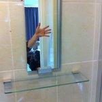 Anchísimo espejo de baño.