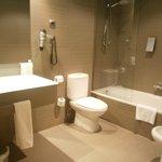el espacioso baño con bidé
