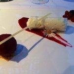 Rouleau espuma , petit suisse sur coulis de fruits rouges
