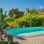 piscine et cabane en fond