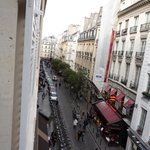 Vista desde la ventana (calle de restaurants del barrio latino)