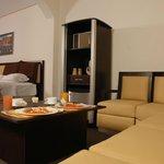 sala lounge dentro de la Junior Suite con frigobar y horno de microondas