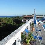 Vista, dalla piscina sul tetto, verso il mare e la pineta adiacenti