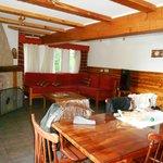 sala de estar de la cabaña, vista desde la puerta