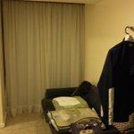 Otra parte de la habitación, con otro ventanal