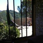 vue de la terrasse depuis la véranda de la chambre