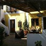 Terrasse commune et accès aux chambres