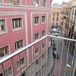 Вид с балкона. Переулок выходящий на крупную пешеходную улицу.