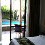 Vue de la chambre sur la petite piscine