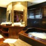 浴室的水簾池在指定時間會自行啟動