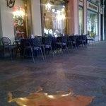 Il toro portafortuna davanti al Caffè Torino