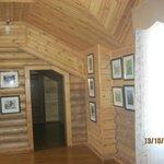 холл второго этажа, картины продаются, средняя цена - 15 тыс.руб.