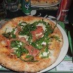 Pizza con salmone e rughetta