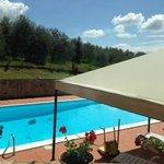 La stanza gialla ha un balconcino che affaccia sulla piscina