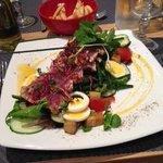 salade niçoise au thon frais poêlé