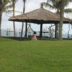 halaman hotel yang langsung menghadap pantai, rumput hijau yang segar