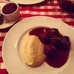 Polpette svedesi con salsa di mirtilli e puré di patate