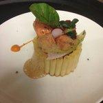 Timballe de macaronis, langoustines juste rôties chutney tomates galanga et jardinet de légumes