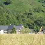 Le vieux Logis se situe dans une vallée, sur les berges du Gave de Pau