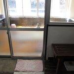 ドア越しに湯船。窓からは狩野川が望めます。