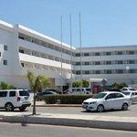 Вид гостиницы с парковкой