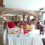 Sala da pranza con tavolo per colazione