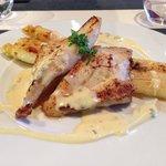 Filet de saint-Pierre accompagné d'asperges, sauce béarnaise