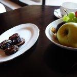 fruits et dattes farcies au amandes offert par l'hôtel