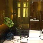Bellissimo il dettaglio del bagno con i fiori freschi!!