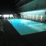Una de las piscinas de noche