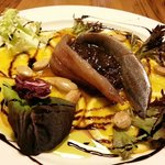 Lomos de sardina con cebolla caramelizada,  naranja, almendras y ensalada